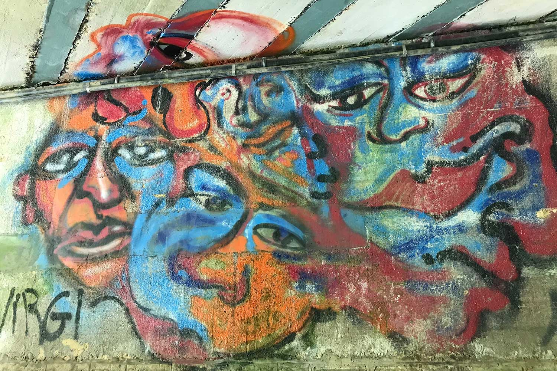 geraakt door stilte kijkend naar grafiti foto: © Marieke Rijpkema