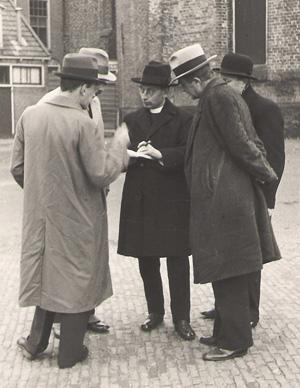 Titus Brandsma in overleg met journalisten